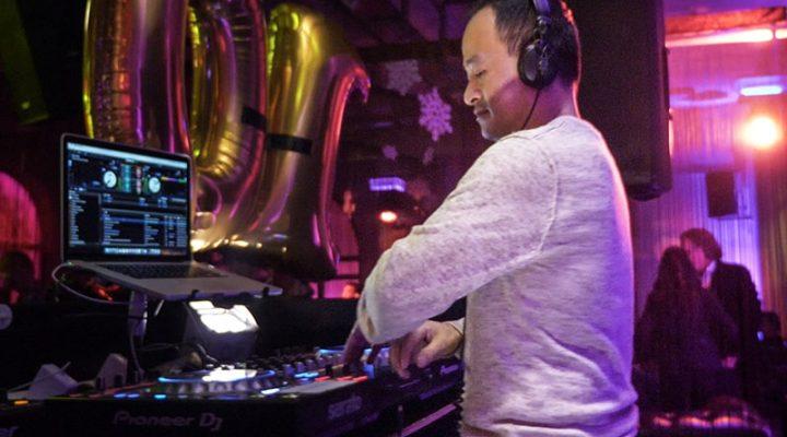 DJ mischt live am Mischpult im Club