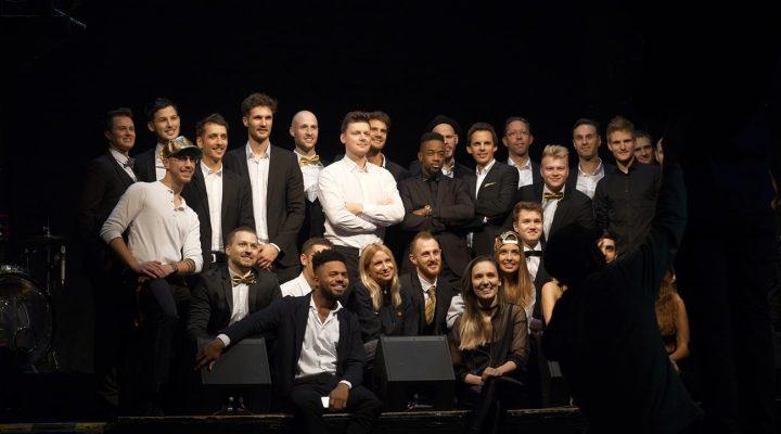 Gruppenbild mit schwarzem Hintergrund von verschiedenen Musikern der Everso Band.