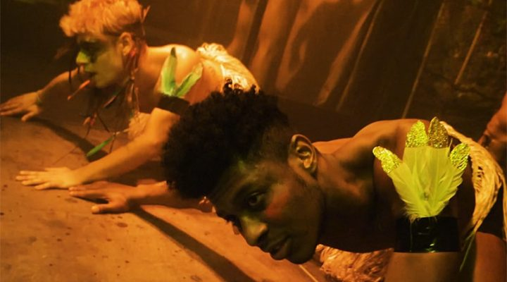 Zwei Tänzer bewegen sich auf dem Boden einer Bühne des Hühnerposten Hamburg