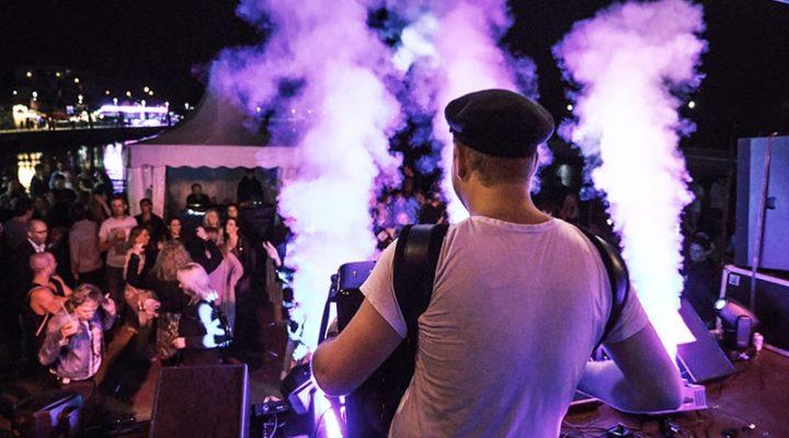 Akkordeon Spieler spielt auf der Bühne beim Hafenfest in Wedel