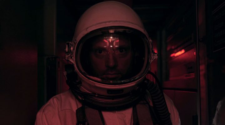 Astronaut greift den Türgriff